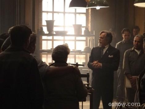 Ernest comunica aos empregados as mudanças na fábrica